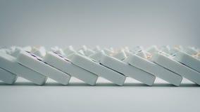 Os dominós caem para baixo nas linhas filme
