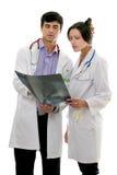 Os doutores discutem o raio X paciente imagem de stock