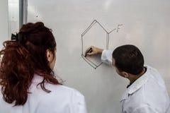 Os doutores novos são imprimidos alguns elementos químicos em um varrão branco foto de stock royalty free