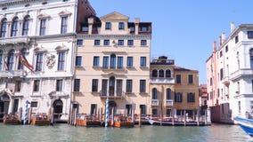 Os edifícios aproximam o canal grande em Veneza filme