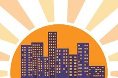 Os edifícios da cidade iluminaram-se por raias do sol no por do sol Imagem de Stock