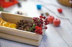 Os elementos da decoração para o Natal envolvem-se na caixa de madeira na boa de madeira Fotos de Stock