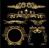 Os elementos das decorações do vintage do ouro da cor florescem o fundo preto caligráfico dos ornamento e dos quadros Imagens de Stock