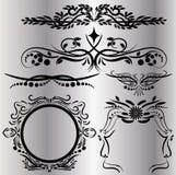 Os elementos das decorações do vintage florescem o fundo preto caligráfico dos ornamento e dos quadros Imagem de Stock Royalty Free