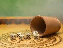 Os elementos do jogo em uma placa de madeira cinzelada figuram cinco, o fundo verde e o fumo Foto de Stock Royalty Free