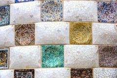 Os elementos do mosaico fragmentam o trabalho de mosaico do ` s de Gaudi no parque Guell no inverno na cidade de Barcelona imagem de stock