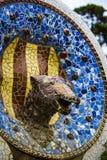 Os elementos do mosaico fragmentam o trabalho de mosaico do ` s de Gaudi no parque Guell no inverno na cidade de Barcelona imagens de stock