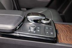 Os elementos interiores de um carro caro novo do negócio para dentro com sistema de multimédios imagem de stock