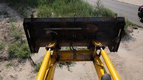 Os elevadores amarelos da cubeta da escavadora fecham-se acima video estoque