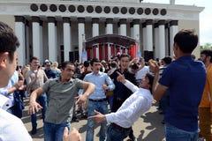 Os emigrantes dançam durante a celebração de Victory Day no centro de exposição Imagem de Stock Royalty Free