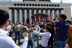 Os emigrantes dançam durante a celebração de Victory Day no centro de exposição Fotografia de Stock