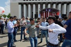 Os emigrantes dançam durante a celebração de Victory Day no centro de exposição Fotos de Stock Royalty Free