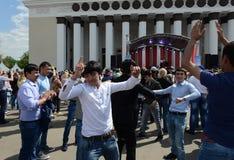 Os emigrantes dançam durante a celebração de Victory Day no centro de exposição Foto de Stock