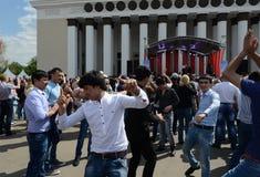 Os emigrantes dançam durante a celebração de Victory Day no centro de exposição Fotografia de Stock Royalty Free