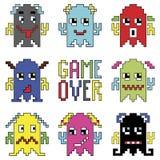 Os emoticons do robô de Pixelated com jogo sobre o sinal inspiraram pelos jogos de computador dos anos 90 que mostram emoções dif Fotos de Stock Royalty Free