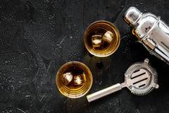 Os empregado de bar ajustaram-se na barra com cocktail do uísque, modelo preto da opinião superior do fundo do abanador imagem de stock
