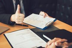 Os empregadores dão os polegares-acima para candidaturas a cargo para o empregado novo na sala do escritório fotografia de stock royalty free