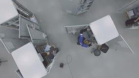 Os empregados da opinião de Flycam equipam painéis de comando dentro na companhia do gás filme