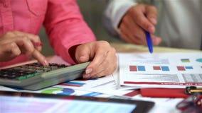 Os empregados do negócio examinam o informe anual video estoque