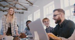 Os empregados multi-étnicos novos criativos sorriem, trabalho colaborando junto na reunião de sessão de reflexão criativa da  video estoque