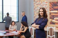 Os empregados novos da empresa com originais em uma grande tabela no escritório olham para fora a janela Fotografia de Stock Royalty Free