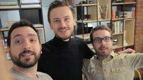 Os empregados novos têm o divertimento no escritório da empresa dentro video estoque