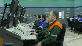 Os empregados trabalham em computadores modernos na oficina da companhia do gás vídeos de arquivo