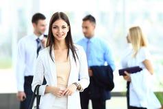 Os empresários agrupam o passeio em moderno Foto de Stock