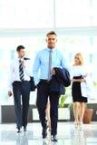 Os empresários agrupam o passeio em moderno Fotos de Stock
