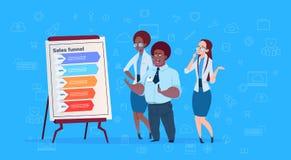 Os empresários da raça da mistura team o funil das vendas da nuvem dos dados da carta de aleta da posse com o azul excedente info ilustração do vetor