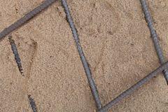 Os encaixes do metal colocados na areia Preparação para o concreto de derramamento Foco da sele??o Profundidade de campo rasa fotografia de stock royalty free