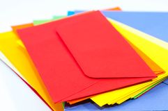 Os envelopes coloridos fecham-se acima do tiro macro fotografia de stock royalty free