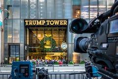 Os equipamentos da câmera dos meios que gravam a parte dianteira da torre do trunfo, residência do presidente elegem Donald Trump foto de stock