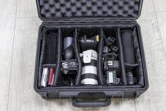 Os equipamentos da foto arranjaram dentro da capa de plástico preta do protetor Fotografia de Stock Royalty Free
