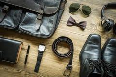 Os equipamentos ocasionais dos homens com acessórios sobre no fundo de madeira com Fotografia de Stock Royalty Free