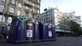 Os escaninhos de reciclagem desperdiçam a classificação em Europa, baldes do lixo da rua, recipientes do lixo filme
