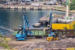 Os escavadores carregam um transporte railway Fotos de Stock