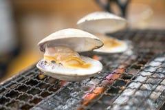 Os escudos frescos s?o grelhados em mini esfor?aram-se, no restaurante japon?s local fotografia de stock royalty free