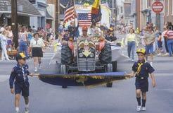 Os escuteiros de menino que marcham o 4 de julho desfilam, Centreville, Maryland imagem de stock