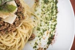 Os espaguetes bolonhês com Parmesão 10close levantam o tiro Fotos de Stock Royalty Free