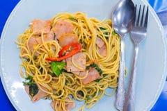 os espaguetes com bacon, a salsicha e manjericão friáveis fritados saem, alimento quentes e picantes, culinária internacional Imagem de Stock