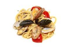 Os espaguetes com os mexilhões em umas bacias fecham-se acima Fotos de Stock Royalty Free