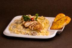 Os espaguetes do queijo com peito de frango e pão do BBQ brindam imagem de stock