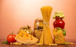 Os espaguetes encadernados, ninho da aletria fina, dois frascos com differen Fotografia de Stock Royalty Free