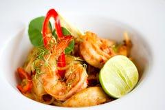 Os espaguetes picantes do camarão fecham-se acima do alimento Imagem de Stock