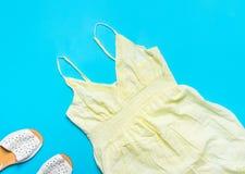 Os espaguetes prendem com correias o vestido do verão das mulheres do algodão com o laço que orla as sandálias de couro brancas n imagem de stock royalty free