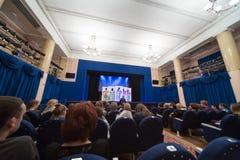 Os espectadores esperam a submissão no teatro de Firebird imagens de stock royalty free
