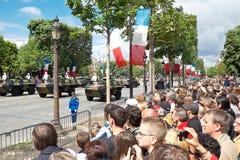 Os espectadores prestam atenção em uma parada militar na república Imagem de Stock