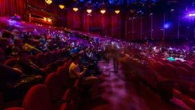 Os espectadores recolhem no auditório e olham a mostra no timelapse do teatro Grande salão com assentos vermelhos das poltronas video estoque