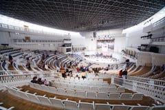 Os espectadores sentam-se para baixo em assentos Fotografia de Stock